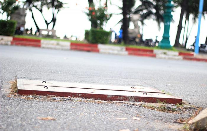 Tiềm ẩn nhiều nguy hiểm từ nắp hố ga cao hơn mặt đường-1